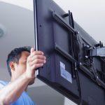 Установка телевизора на кронштейн