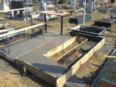 Заливка фундамента на могиле Любань
